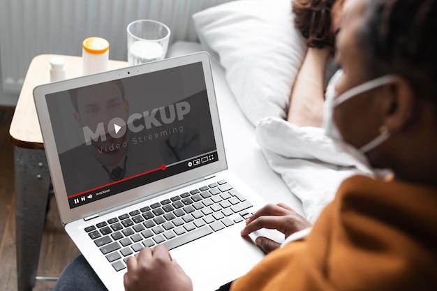 Lekarz przez makieta rozmowy wideo
