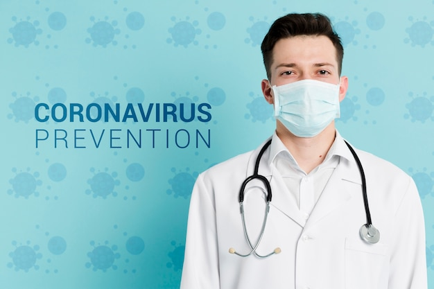 Lekarz z zapobieganiem koronawirusem z maską i stetoskopem