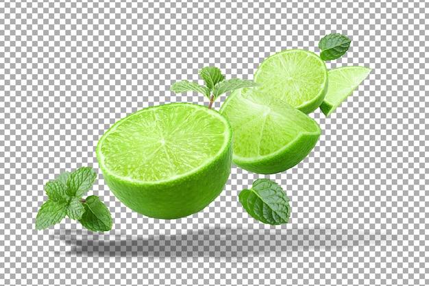 Lemoniada rozpryskiwania na zielony owoc cytryny na białym tle