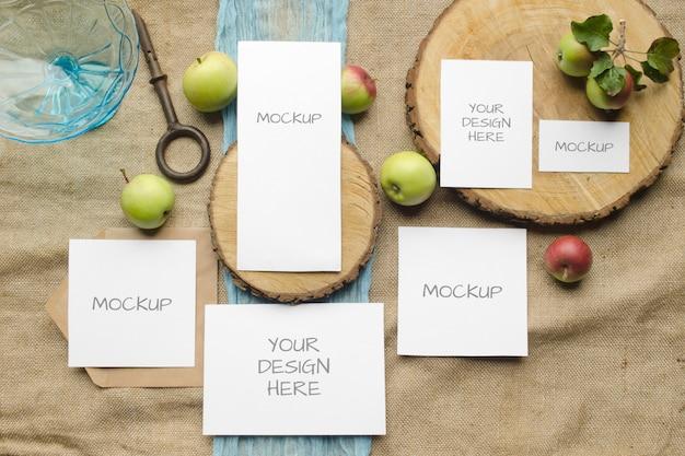 Letnie makiety biurowe zestaw zaproszenia ślubne z jabłkami, niebieskim bieżnikiem, na beżowej przestrzeni w stylu rustykalnym i naturalnym