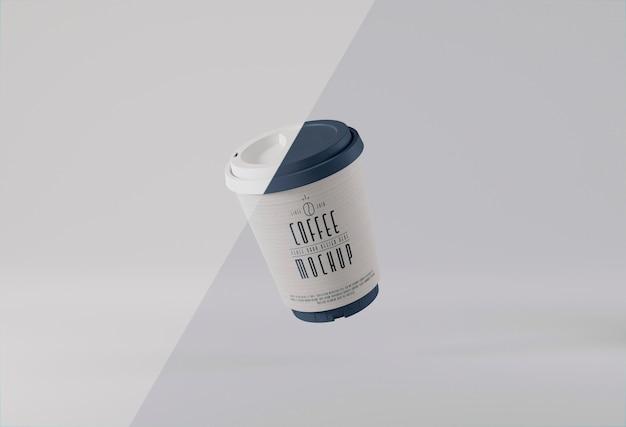 Lewitacja papierowych filiżanek kawy