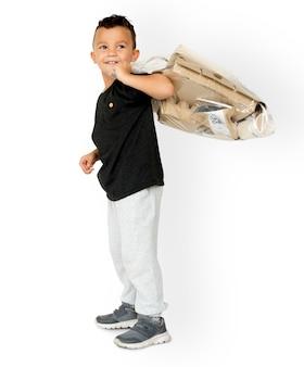 Little boy trzyma oddzielnego papieru pracownianego portret