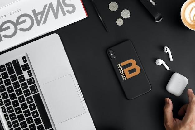 Logo brandingowe na czarnej obudowie na telefon