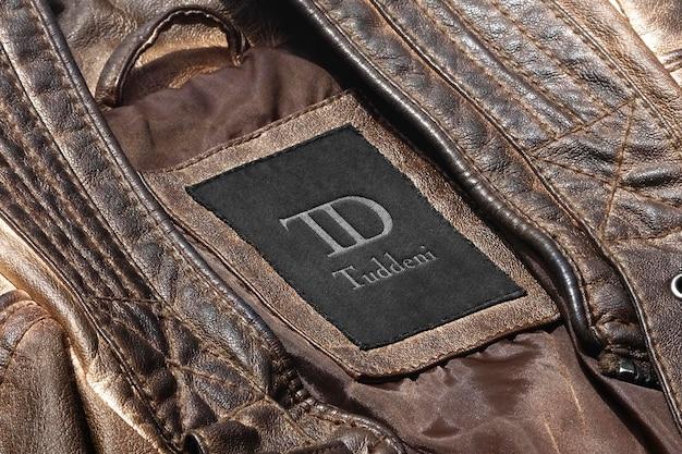 Logo makieta etykieta z ciemnobrązowej skórzanej kurtki
