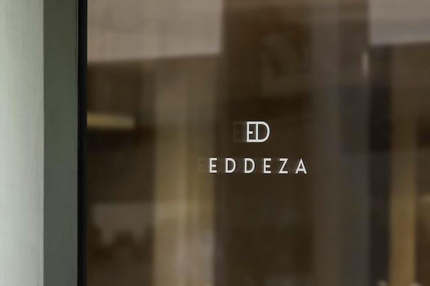 Logo makieta luksusowe okno znak zielona ściana