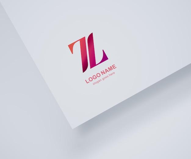 Logo makieta na białym papierze i białym tle