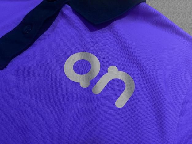 Logo makieta na koszulce polo widok z przodu