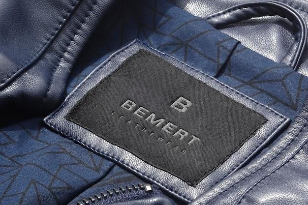Logo makieta niebieska skórzana kurtka z etykietą