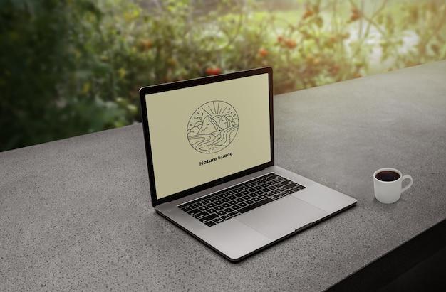 Logo makiety laptopa w obszarze roboczym