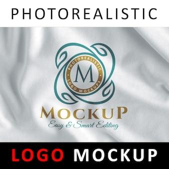 Logo mock up - logo sitodruku na białej tkaninie