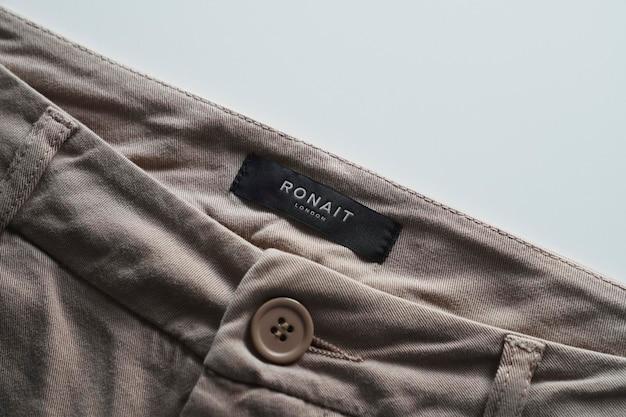 Logo mockup label krótkie brązowe spodnie