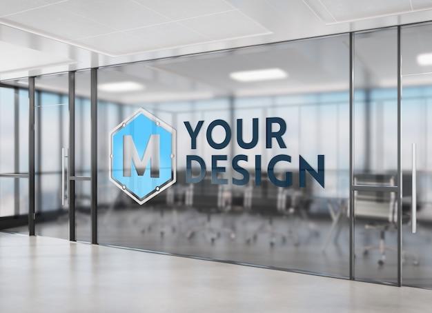 Logo na biurku przyciemniane okno makieta