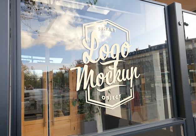 Logo na szklanej makiecie witryny sklepowej