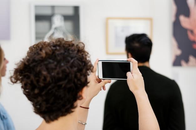 Ludzie biorący udział w wystawie sztuki