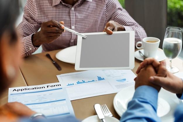 Ludzie biznesu wpólnie komunikacyjny pojęcie