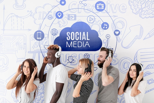 Ludzie mediów społecznościowych z boku słuchają muzyki