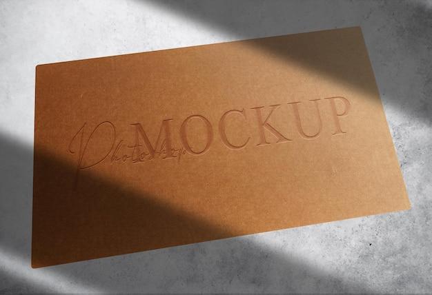 Luksusowa brązowa papierowa pojedyncza wizytówka z wytłoczonym widokiem perspektywicznym