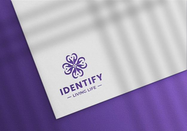 Luksusowa makieta logo na białym papierze
