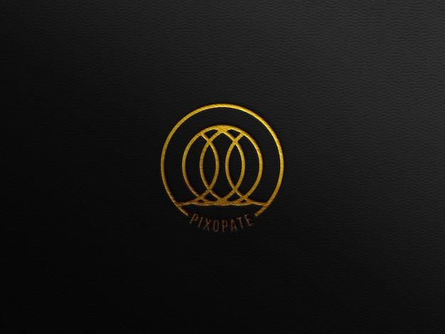 Luksusowa makieta logo na czarnej skórze ze złotym nadrukiem z efektem prasowania