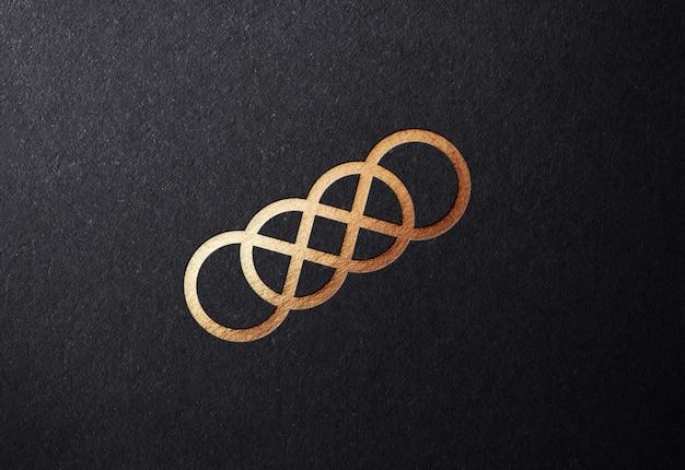 Luksusowa makieta ze złotym logo na tłoczonej powierzchni