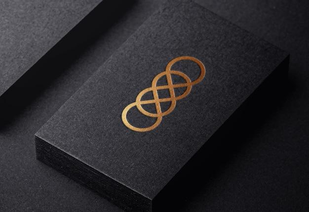 Luksusowa makieta złotego logo na wytłoczonej wizytówce