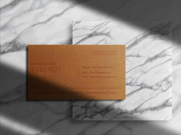Luksusowa pojedyncza wizytówka z brązowego papieru z wytłoczoną marmurową makietą podium