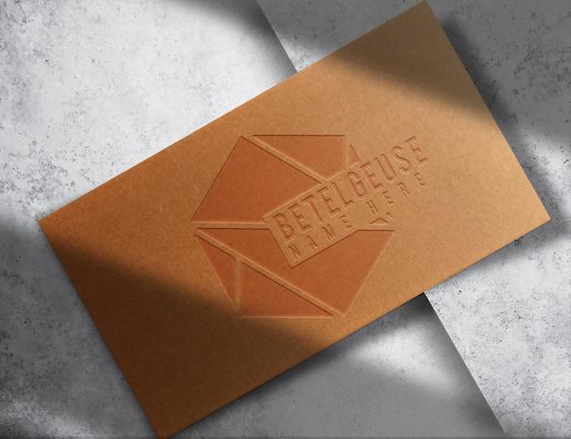 Luksusowa pojedyncza wytłoczona wizytówka z brązowego papieru makieta z widokiem z góry