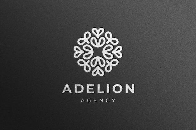 Luksusowa srebrna makieta logo firmy na czarnym papierze rzemieślniczym