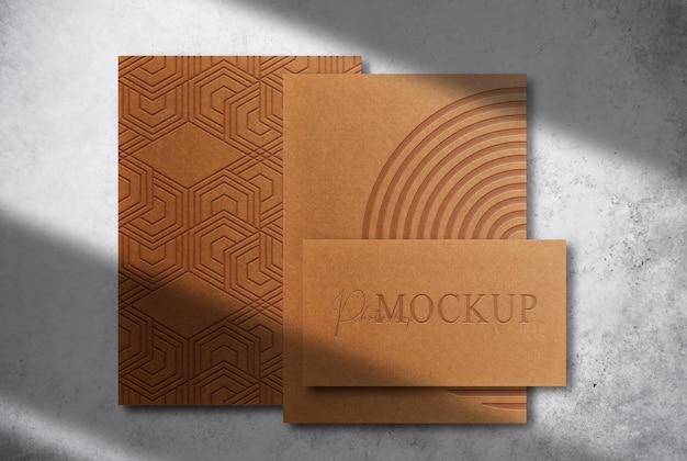 Luksusowe papiery i wizytówki z wytłoczonym brązowym papierem