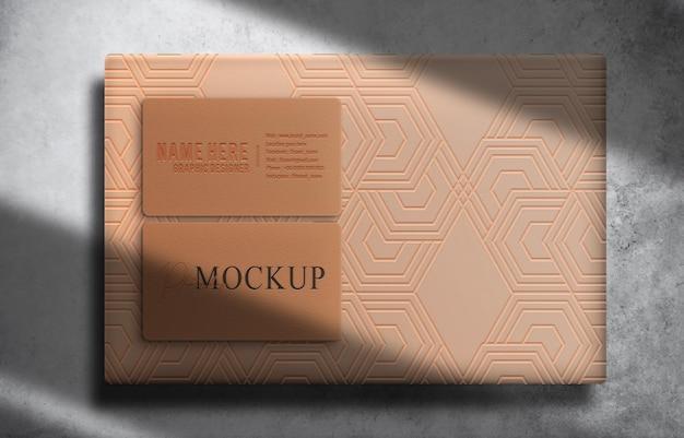Luksusowe pudełko i wytłoczona wizytówka makieta z widokiem z góry