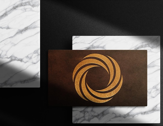 Luksusowe zbliżenie skórzane wytłoczone logo wizytówka makieta widok z góry