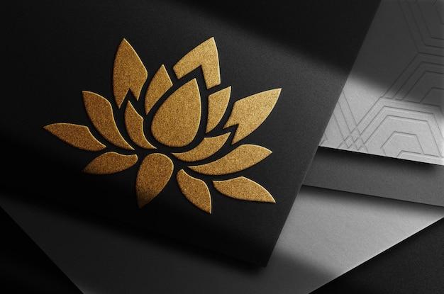Luksusowy z bliska złoty wytłoczony stos kart z widokiem z góry makieta