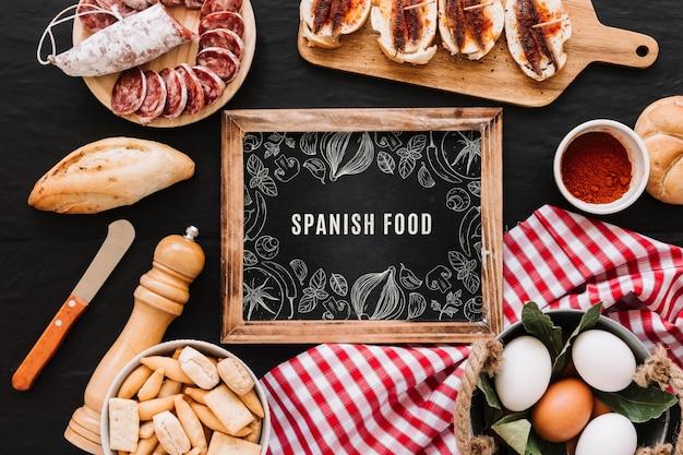 Łupkowe makieta z tradycyjnym hiszpańskim jedzeniem