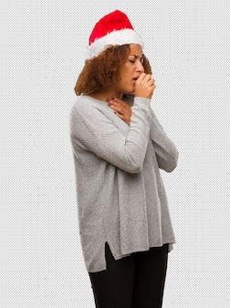 M? oda kobieta ubrana w santa kapelusz kaszel, chory z powodu wirusa lub zaka? enia