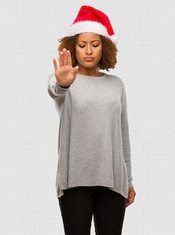 M? oda kobieta ubrana w santa kapelusz wprowadzenie strony z przodu