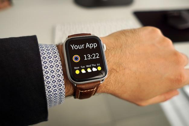 Makieta aplikacji na zegarku na męskiej dłoni