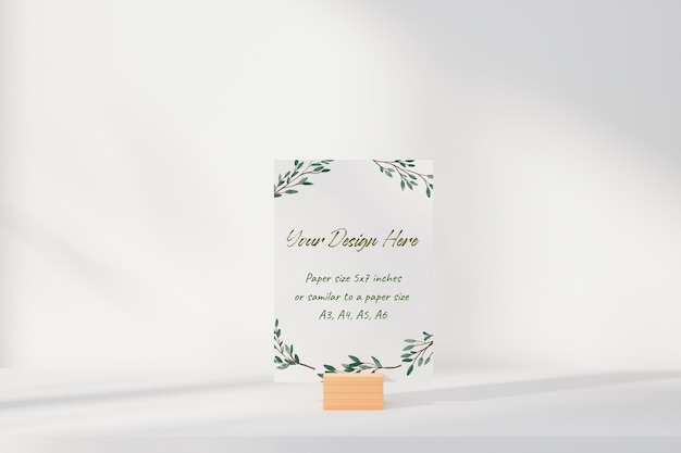 Makieta biała kartka z życzeniami stojąca na stole