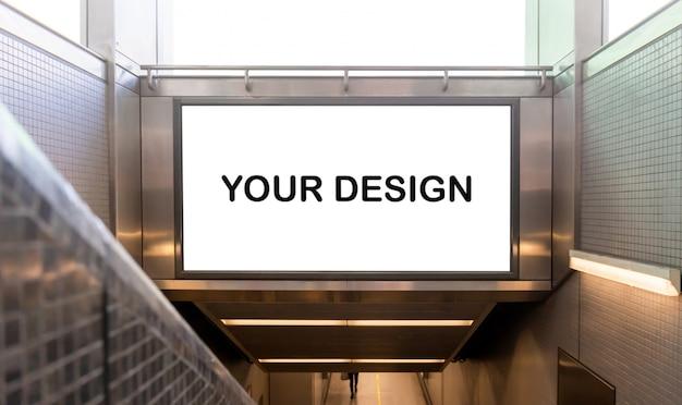 Makieta białego plakatu ekranowego blank billboard i prowadzona na stacji metra w celach reklamowych