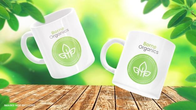 Makieta białej filiżanki kawy na zielonym tle liściastym