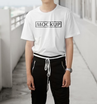 Makieta białej koszuli z modelem inteligentnego mężczyzny