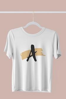 Makieta białej koszulki wisząca na wieszaku na ubrania