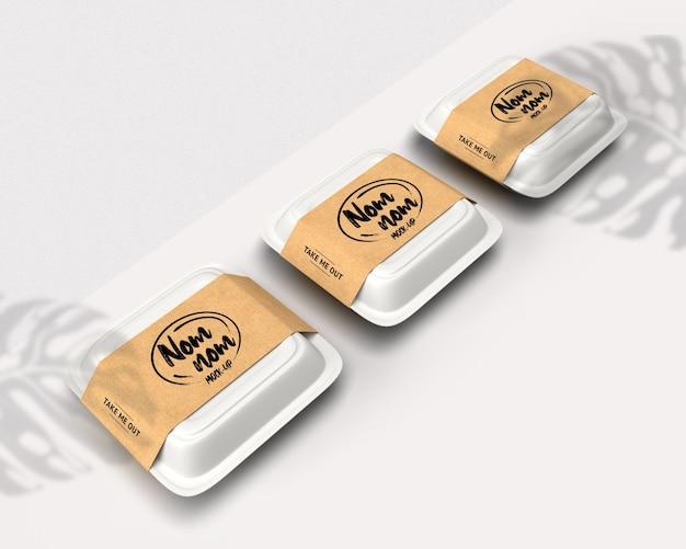 Makieta białej skrzynki dostawy żywności na białym tle