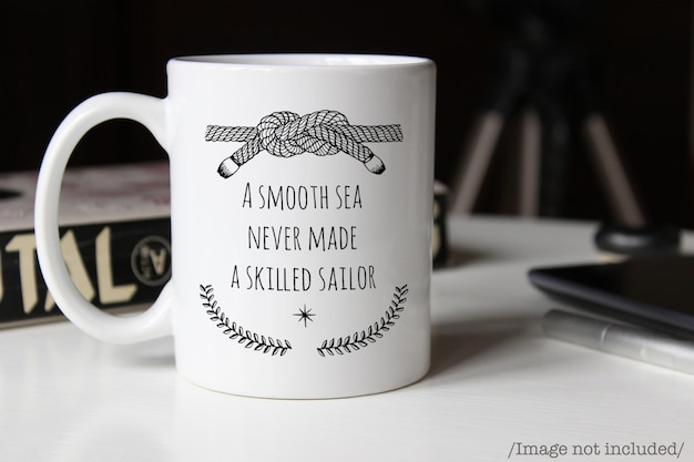 Makieta biały ceramiczny kubek kawy na stole