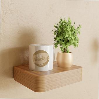Makieta biały kubek na biurku drewniane ściany