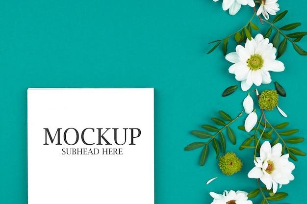 Makieta biały notatnik i kwiaty chryzantemy