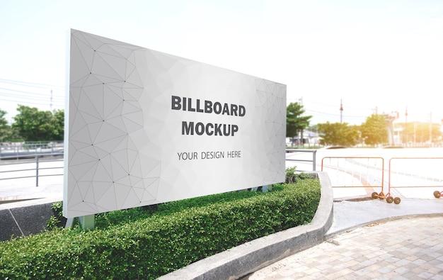 Makieta billboardu wyświetlana na zewnątrz