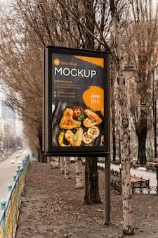 Makieta billboardu z jedzeniem w mieście