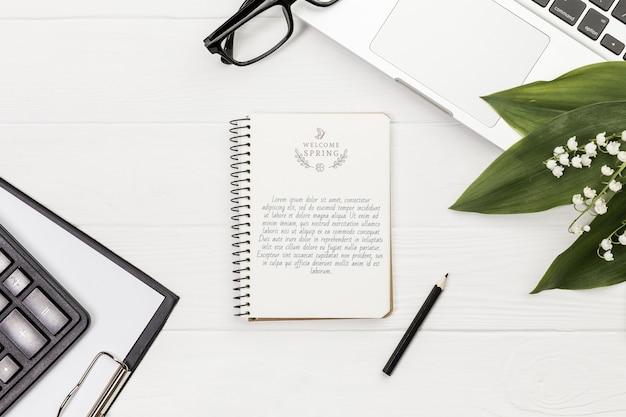 Makieta biurka notatnik i okulary