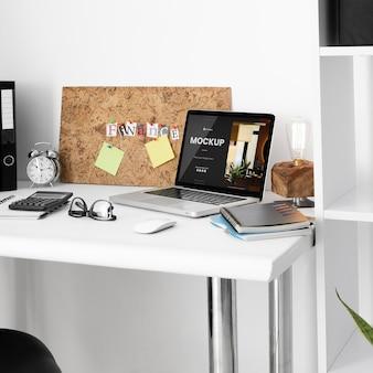 Makieta biurka z laptopem