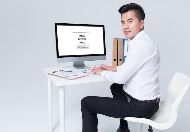 Makieta biznesmena i komputera na białym tle